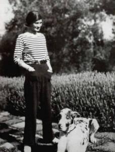 Gabrielle Chanel dans l'entre deux guerres pose en marinière (1928 )