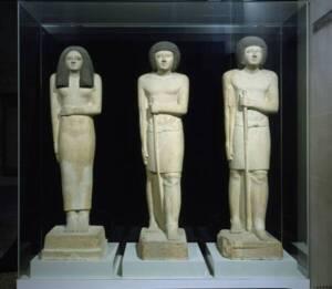 Vue groupée de l'ensemble des statues de Sepa et de Nesa Photo - Musée du Louvre, RMN-Grand Palais / Christian Larrieu