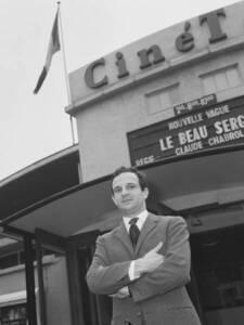 François Truffaut, posant devant le cinéma CinéTol à Amsterdam, où est à l'affiche le film Le Beau Serge de Claude Chabrol, un autre cinéaste emblématique de La Nouvelle vague - Nijs, Jac. de / Anefo