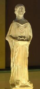 Femme porteuse d'offrandes, terre cuite, Péloponnèse archaïque - Musée du Louvre - Jastrow